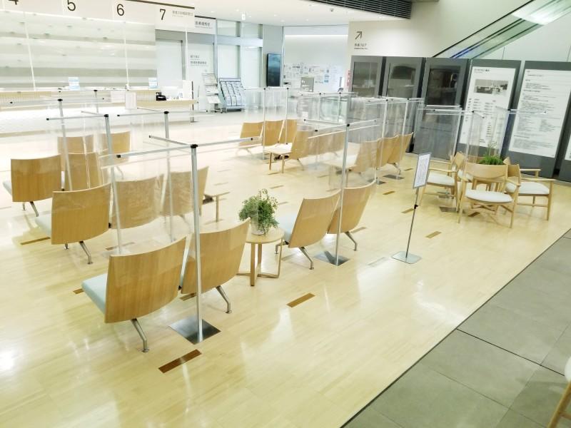 提供画像_病院の受付長椅子用パーテーション.jpg