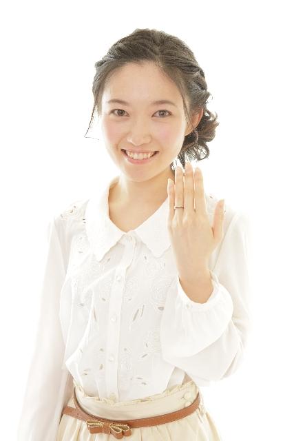 613_薬指の指輪を見せる女性.jpg